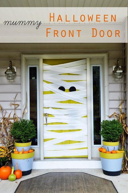 Мумифициране на врата като декорация за Хелоуин