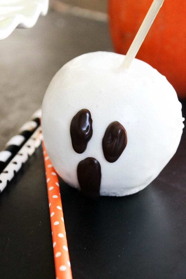 """TheseQuick & Easy Halloween """"Candied"""" Apples are so much fun to make with the kids. They will love this festive Halloween treat! easy-quick-candied-apples-ghost-close-up"""